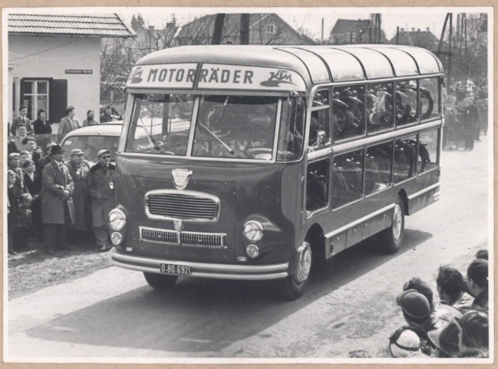 KTM Motorräder Bus Bild 1